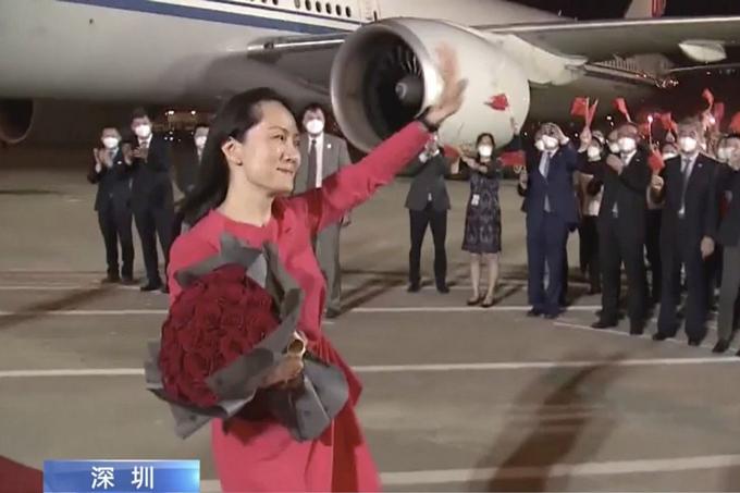 Bà Meng Wanzhou xúc động khi vẫy tay chào đoàn người tới đón ở sân bay Baoan Thâm Quyến, tối 15/9. Ảnh: CCTV.