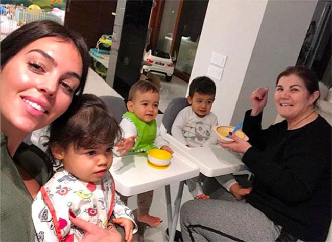 Người đẹp Georgina Rodriguez có lần selfie ảnh với mẹ chồng tương lai cho thấy mối quan hệ giữa hai người tốt đẹp. Ảnh: Instagram