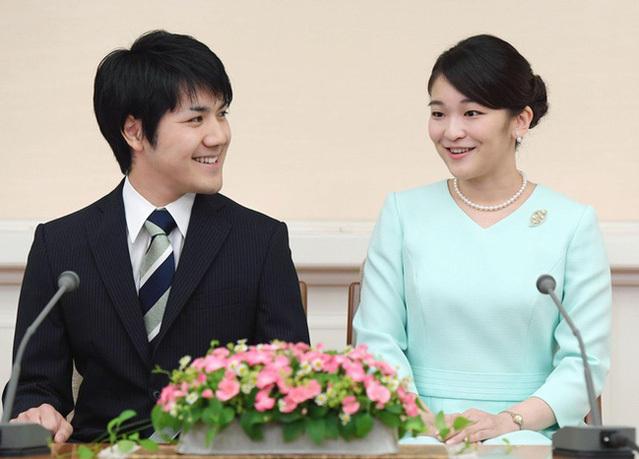 Công chúa Mako và bạn trai Kei Komuro trong một cuộc họp báo ở Tokyo vào tháng 9/2017. Ảnh: Kyodo