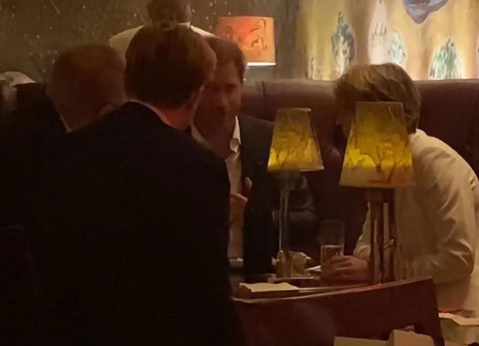 Harry sôi nổi bàn về công việc với một nhóm người trong quán bar Bemelmans, New York tối 23/9. Ảnh: DM