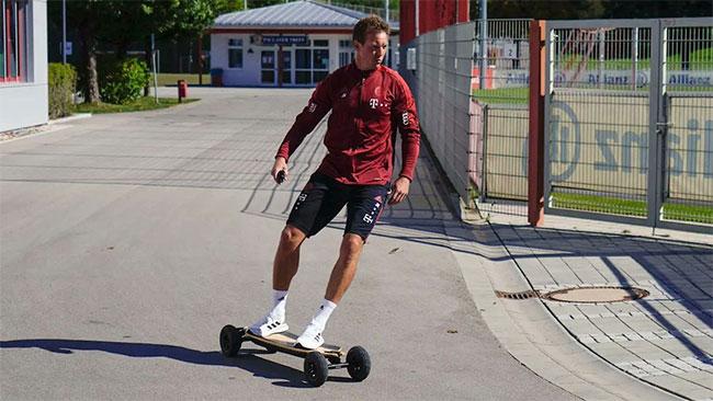 HLV Julian Nagelsmann còn trẻ hơn C. Ronaldo, ngầu khi trượt ván tới sân tập chỉ đạo các học trò. Ảnh: