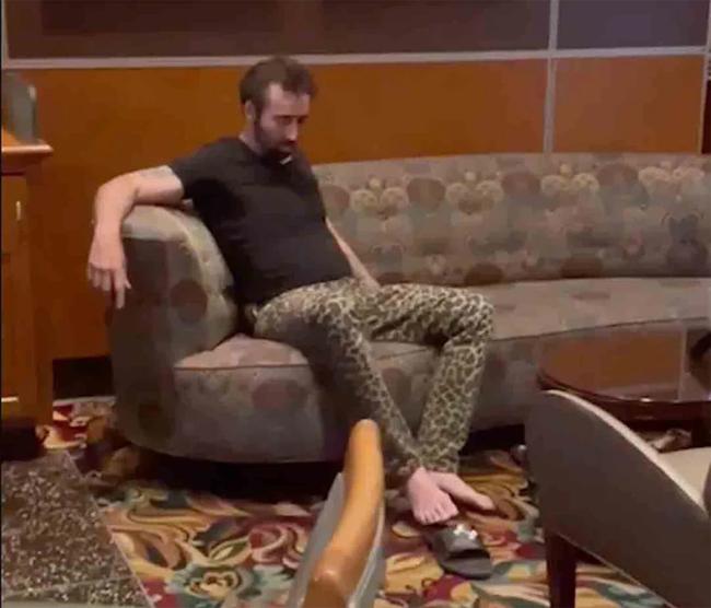 Nicolas Cage say xỉn trong nhà hàng/ bar ở Las Vegas. Ảnh: The Sun