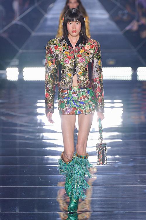 Phương Oanh diện trang phục trong bộ sưu tập Womens Spring Summer 2022 của Dolce&Gabbana.