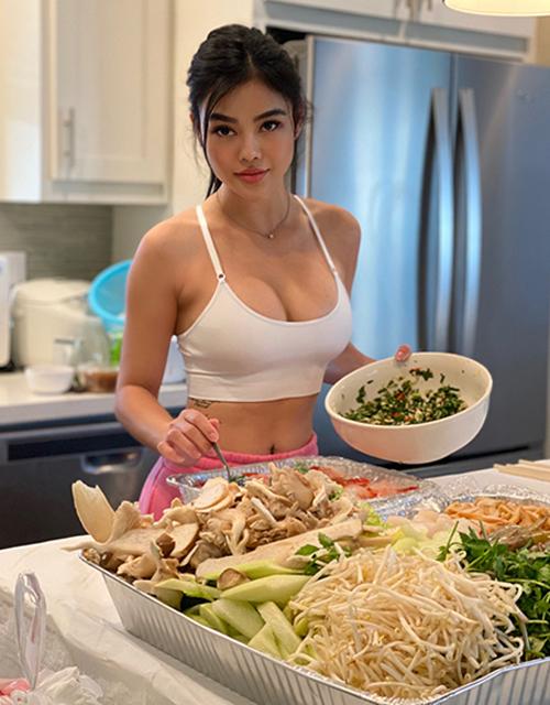 Julia Hồ chọn bratop kiểu thể thao, tôn làn da rám nắng cùng vòng một nóng bỏng khi trổ tài nấu bếp.