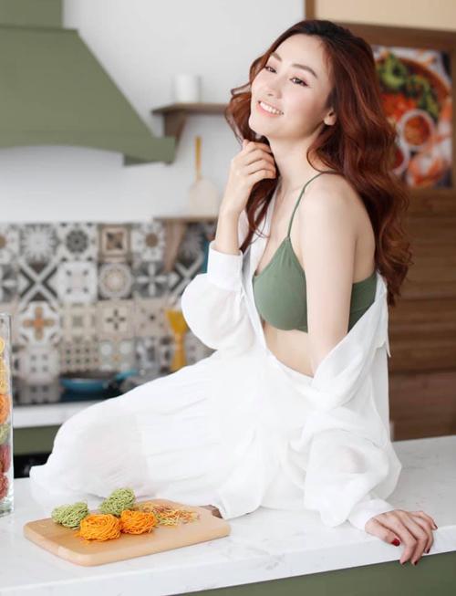 Ngân Khánh cũng thích style vào bếp kiểu nửa kín nửa hở, khoe khéo bờ vai mong manh.