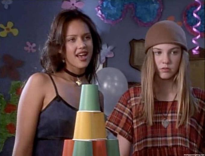 Jessica Alba (trái) chào sân màn ảnh ở tuổi 13.