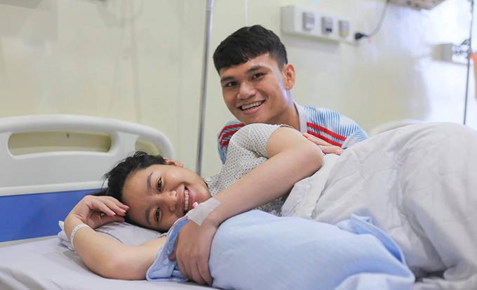 Xuân Mạnh chụp ảnh cùng vợ và con mới sinh ở bệnh viện. Ảnh: Facebook Phạm Xuân Mạnh