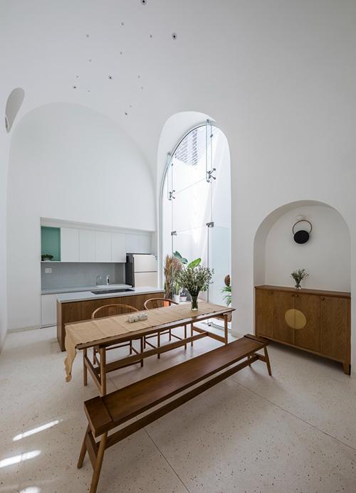 Chủ nghĩa tối giản trong nội thất, thiết kế giúp sinh hoạt của chủ nhà thuận lợi. Một số đồ nội thất gợi nhắc tới văn hóa Trung Quốc và các mái vòm mềm mại được xuất hiện liên tục.