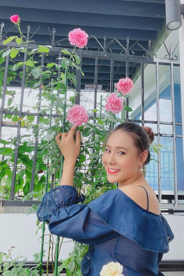 Ngoài trồng rau, diễn viên Hồ Bích Trâm còn có sở thích trồng hoa hồng. Cô làm lễ cưới ở quê nhà Quảng Ngãi hôm 5/5, sau đó cô không thể tổ chức tiệc mừng ở TP HCM vì Covid-19.