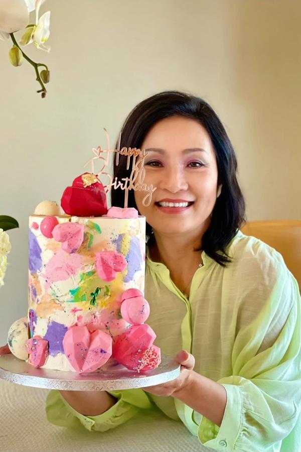 Diễn viên Hồng Đào rạng rỡ đón tuổi mới. Cô được nhiều khán giả khen có làn da đẹp ở tuổi 59.