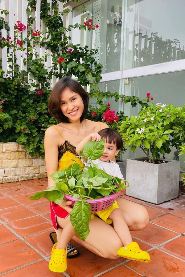 Siêu mẫu Phương mai thu hoạch rau tự trồng tại nhà cùng con trai.