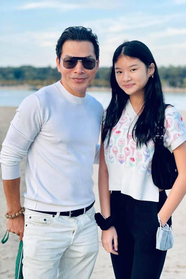 Diễn viên Trần Bảo Sơn dạo chơi cùng con gái Bảo Tiên ở Mỹ. Ở tuổi 13, bé sở hữu chiều cao hơn 1m6 và sở hữu nhiều nét đẹp từ mẹ - diễn viên Trương Ngọc Ánh.