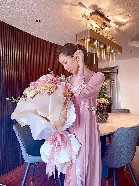 Cô chuộng những bộ váy lụa đắp ren mềm mịn, màu sắc pastel dịu dàng.