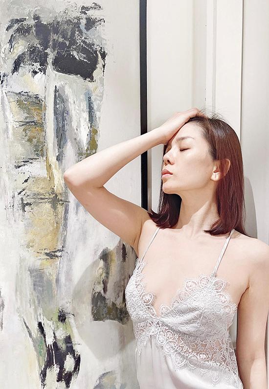 Ở nhà toàn thời gian nên trang phục của ca sĩ Lệ Quyên khi giãn cách xã hội chỉ có đồ tập và đồ ngủ. Những bức ảnh được cô hé lộ khi ở nhà cũng chủ yếu là hai loại này.