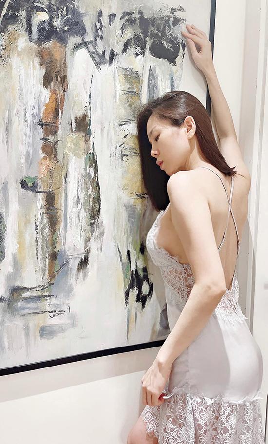 Nữ ca sĩ khoe vòng một lấp ló và trọn tấm lưng thon khi diện váy lụa đắp ren mỏng. Thiết kế đuôi cá chất liệu ren ở chân váy giúp bước đi của người mặc thêm uyển chuyển.