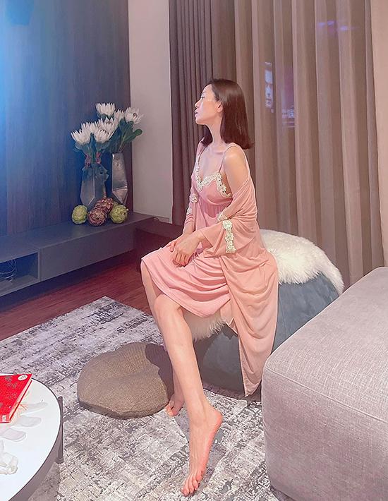 Nữ ca sĩ trễ nải, khoe ngực đầy và bờ vai thon với váy lụa hai dây đắp ren kết hợp áo choàng màu đồng điệu.