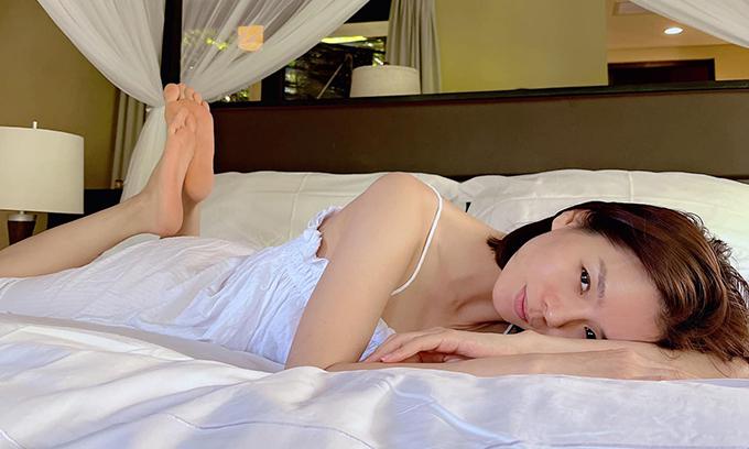 Từ khi có tình trẻ và thường uyên đăng tải hình ảnh gợi cảm với váy ngủ hay đồ tập, Lệ Quyên bị một số khán giả kéo vào trang cá nhân mỉa mai. Tuy nhiên, cô bỏ ngoài tai mọi rèm pha để tận hưởng hạnh phúc viên mãn đang có.