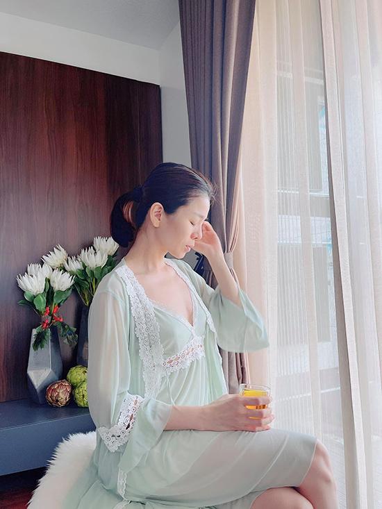 Bảng màu pastel thường được chị em yêu thích bởi sự nhẹ nhàng, tạo cảm giác dịu dàng, tinh khôi nhưng kén người mặc vì dễ lộ nhược điểm nếu thừa cân. Những đường đắp ren khéo léo ở chân ngực tôn lên vẻ quyến rũ của vòng một.