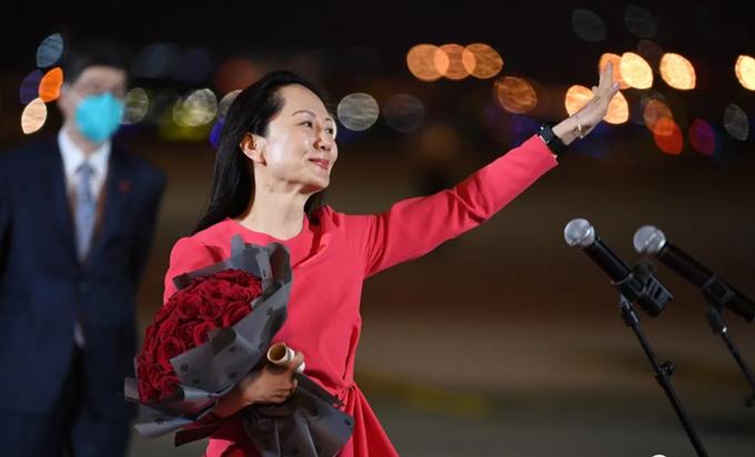 Meng Wanzhou xúc động rơi nước mắt khi bước xuống máy bạy tại sân bay Baoan Thâm Quyến tối 25/9. Ảnh: CCTV.
