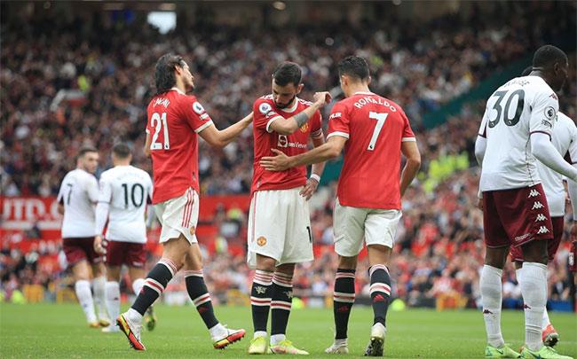 C. Ronaldo và Cavani tới an ủi Bruno Fernandes sau khi đàn em đá hỏng phạt đền ở những phút cuối, bỏ lỡ cơ hội có điểm của đội nhà. Ảnh: AP