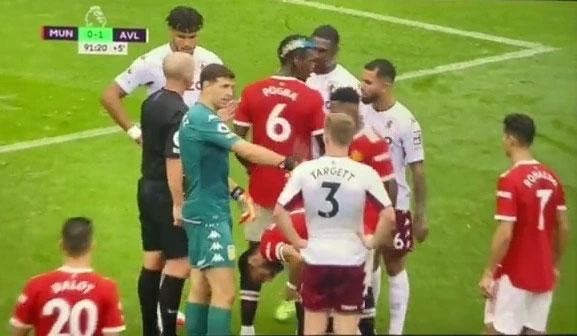 Thủ môn Aston Villa (áo xanh) khiêu khích C. Ronaldo trước khi Bruno Fernandes đá penalty. Ảnh: The Sun