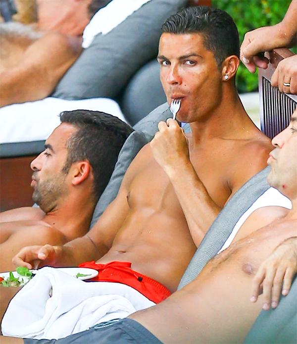 C. Ronaldo duy trì vóc dáng săn chắc, khoẻ mạnh nhờ chăm chỉ tập luyện và ăn uống lành mạnh. Ảnh: Fame Flynet