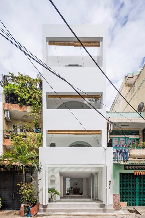 Công trình có tên Quiin House, diện tích xây dựng 80 m2, được hoàn thiện bởi 23o5Studio của KTS trưởng Ngô Việt Khánh Duy vào năm 2018.