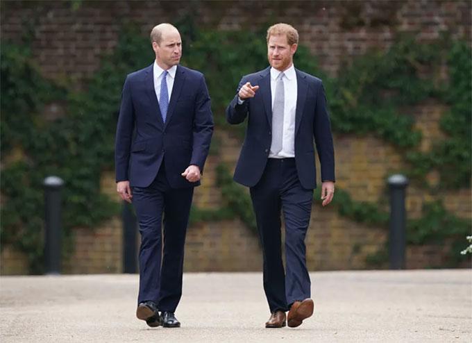 Harry và William sánh bước tại lễ khánh thành tượng Diana hôm 1/7 ở Điện Kensington. Ảnh: PA