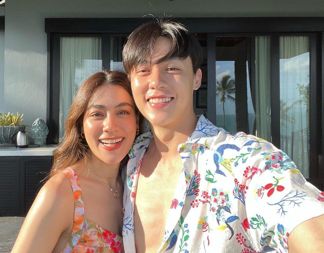 Mark Prin và Kimmy Kimberley đang vi vu ở Koh Samui từ cuối tuần trước đến nay, đánh dấu 8 năm yêu. Cặp sao chọn hòn đảo được mệnh danh thiên đường du lịch nằm ở miền Nam Thái Lan, tận hưởng nắng, gió biển dù đang mùa mưa ở xứ chùa vàng.