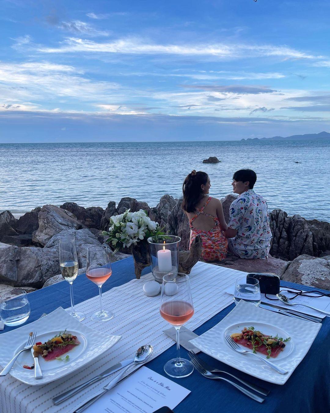 Hai diễn viên nghỉ tại một trong những resort 5 sao tốt nhất đảo. Bữa tối kỷ niệm được set up riêng tư bên bờ biển với các món ăn kiểu Tây, vị trí lý tưởng để ngắm hoàng hôn trên biển.