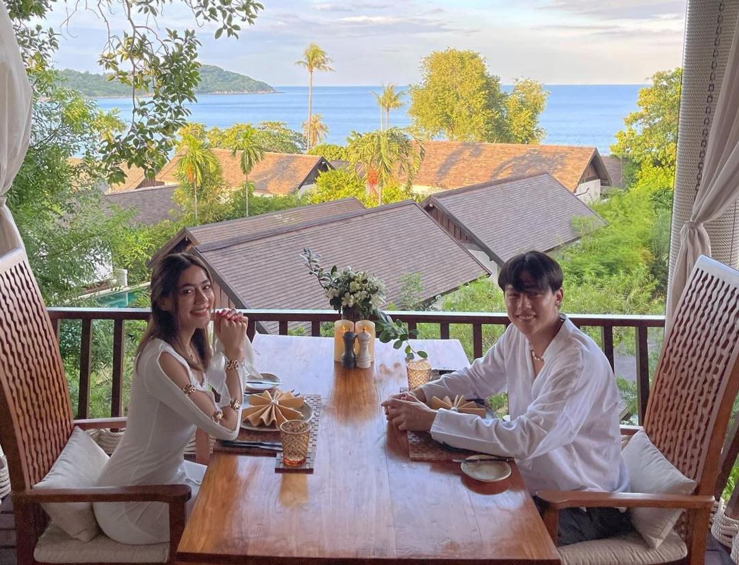 Nhiều năm liền, resort này lọt top điểm đến lý tưởng dành cho các đôi tình nhân ở Thái Lan. Đặc biệt, Tree Tops Sky Dining & Bar - nhà hàng trên cao thuộc resort - là nơi ăn tối lãng mạn. Nhà hàng được xây dựng trên những tán cây hơn 120 tuổi, phục vụ ẩm thực Á - Âu theo yêu cầu thực khách. Mùa dịch vắng khách hơn nhưng vẫn phải đảm bảo bàn ăn giãn cách xã hội, khu vực của khách luôn được khử trùng.