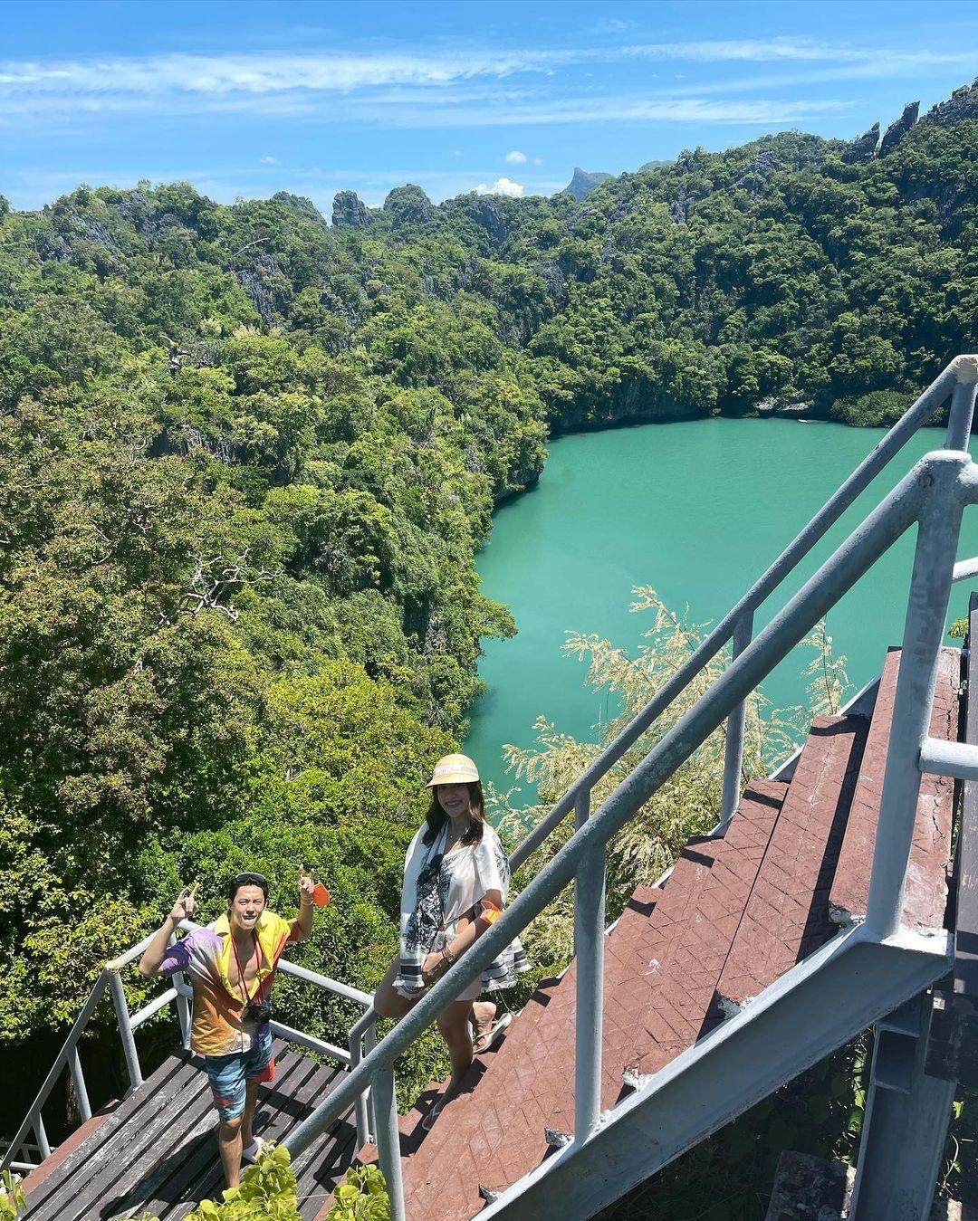Trong tiếng Thái, Ang Thong nghĩa là chiếc bát vàng, ý chỉ sự hệ sinh thái dưới nước đa dạng của quần đảo. Mark và Kim dừng chân ở đảo Koh Mae (thuộc Ang Thong), còn được gọi là mẹ của các hòn đảo.