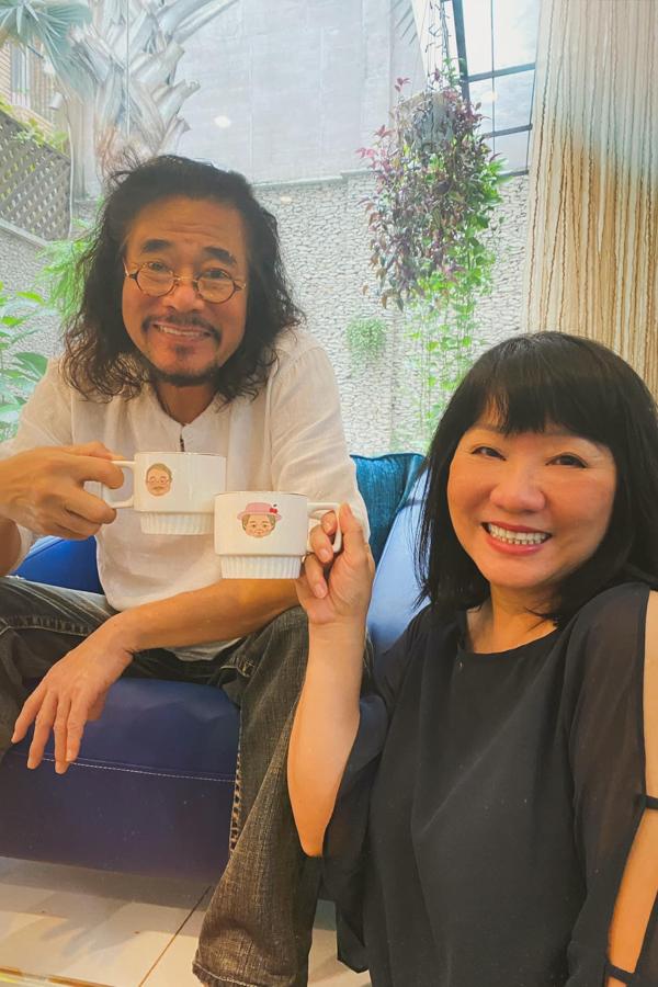 Vợ chồng ca sĩ Cẩm Vân - Khắc Triệu hào hứng khoe chiếc tách được con gái CeCe Trương tặng.