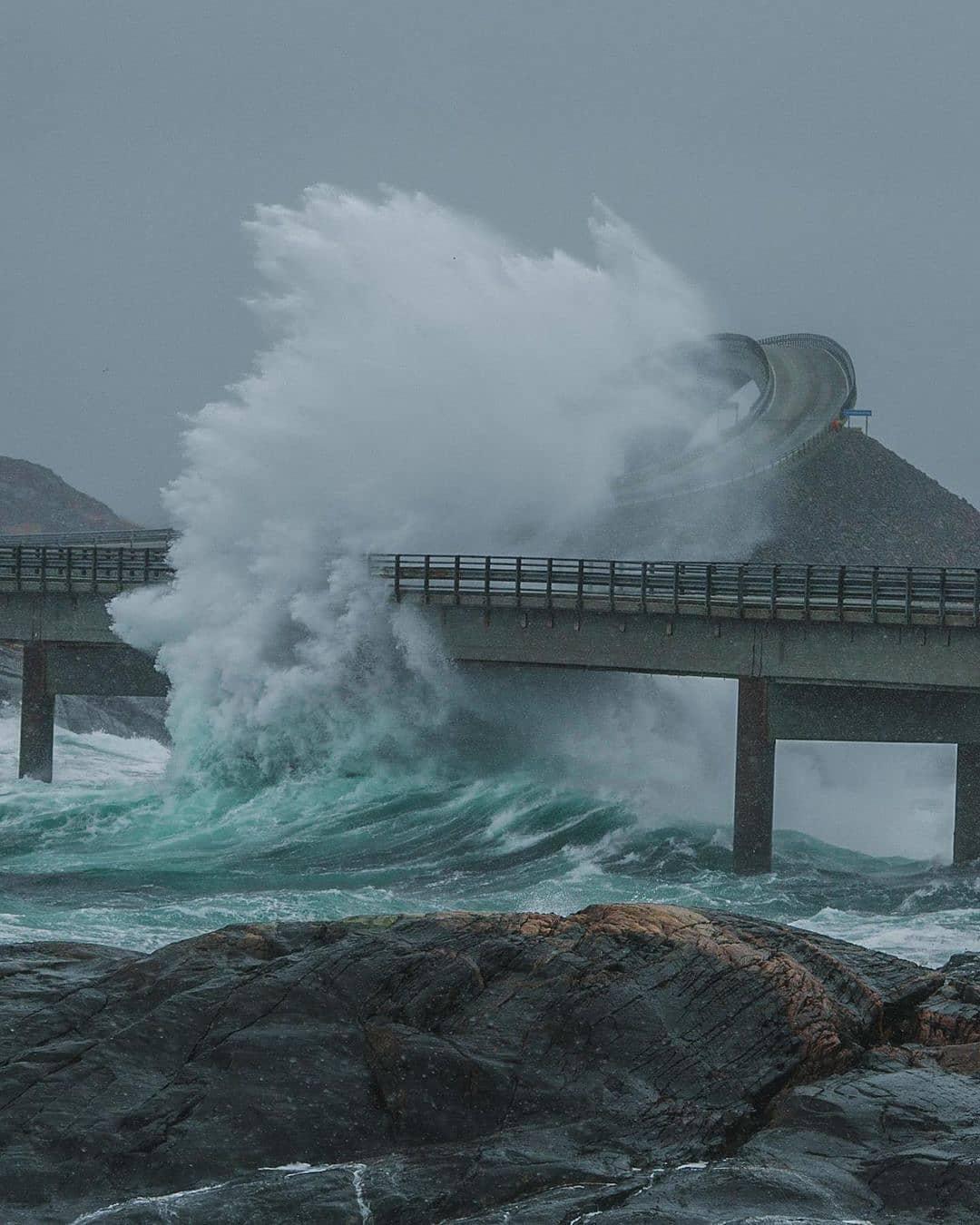 Cầu Storseisundet khi bị sóng đập. Ảnh: Instagram sbrenden