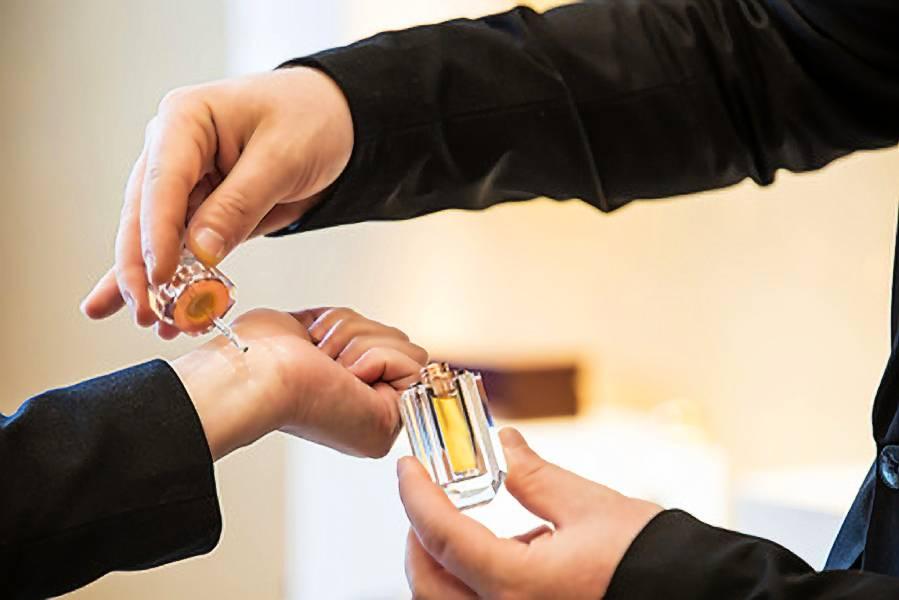 Xịt nước hoa kiểu layer giúp giữ hương thơm suốt cả ngày.