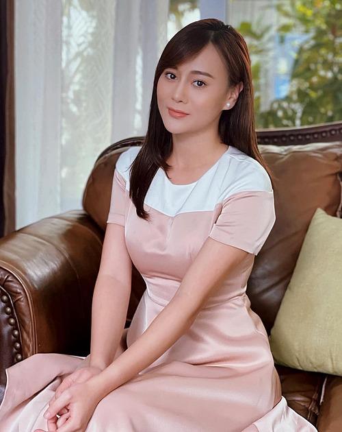 Khi mặc đầm có tay với phom xòe nhẹ từ eo, Phương Oanh ra dáng phu nhân chủ tịch với diện mạo quý phái, nhẹ nhàng, thân hình có đường cong hơn hẳn.