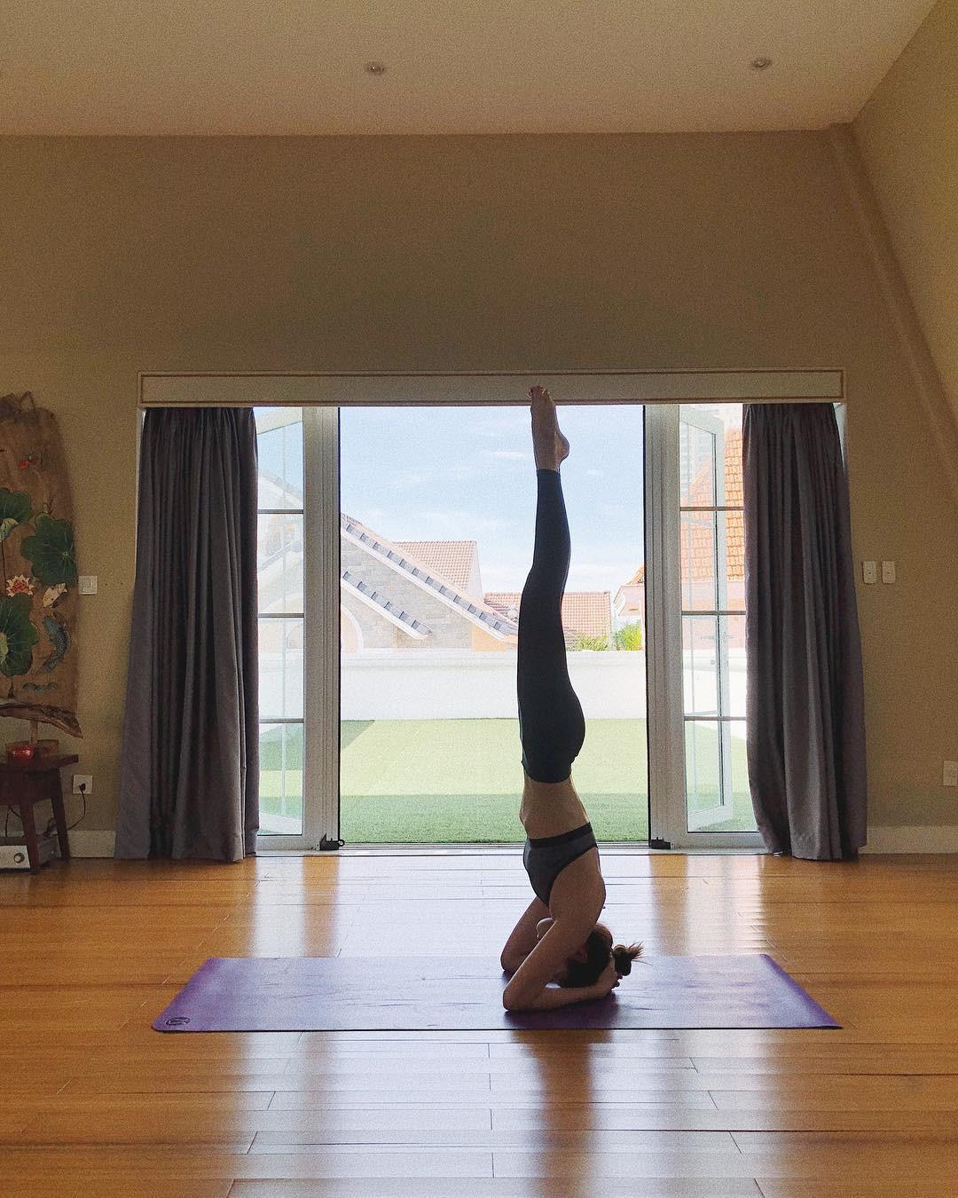 Tăng Thanh Hà thực hiện tư thế yoga trồng cây chuối. Ảnh: Instagram hatangthanh