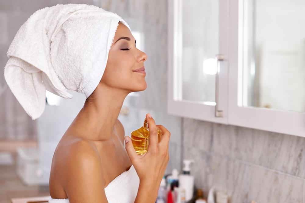 Sau khi tắm là thời điểm tốt nhất để xịt nước hoa.