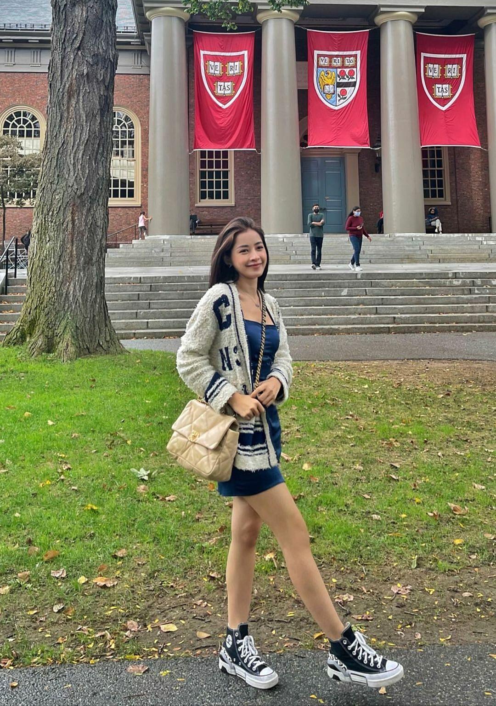 Giọng ca 9X dành khá nhiều thời gian ở đại học Harvard - một trong những trường đại học danh giá nhất thế giới, nơi sản sinh ra nhiều nhân tài xuất chúng. Không chỉ là một cơ sở đào tạo, trường Harvard còn là một điểm tham quan được nhiều du khách yêu thích khi tới bang Massachusetts. Ngôi trường cổ kính, từng xuất hiện trong nhiều bộ phim nằm cách trung tâm Boston không xa, thuộc thành phố Cambridge.