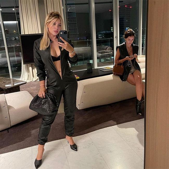 Vợ Icardi  táo bạo không kéo khóa jumpsuit selfie trước gương. Ảnh: Instagram