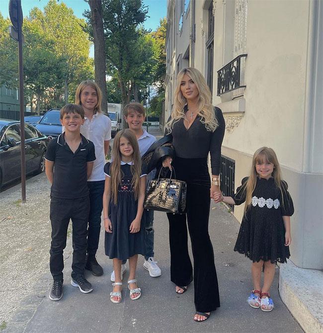 Wanda Nara bên đàn con, trong đó ba con trai đầu là con của cô với chồng cũ Maxi Lopez, hai bé gái sau là trái ngọt trong cuộc tình với chồng trẻ hiện tại Mauro Icardi. Ảnh: Instagram