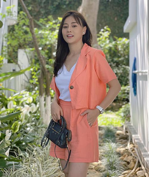Khi diện những kiểu áo có tay bồng nhẹ, Phương Oanh trông gọn gàng hơn.