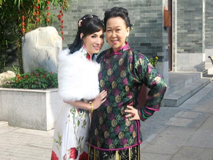 Ca sĩ Phi Nhung đóng chung với ngôi sao gạo cội TVB Chu Mễ Mễ trong phim Trạng sư may mắn Trần Mộng Cát.
