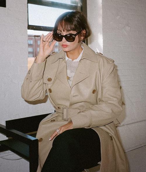 Những thiết kế cứng cáp pha trộn nét nam tính như trench coat, blazer, áo khoác da... được lòng phụ nữ Pháp.