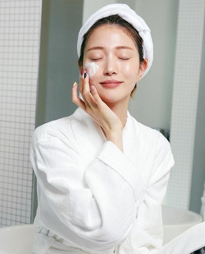 Da dầu càng cần được dưỡng ẩm để da ngậm nước, hạn chế tiết dầu thừa.