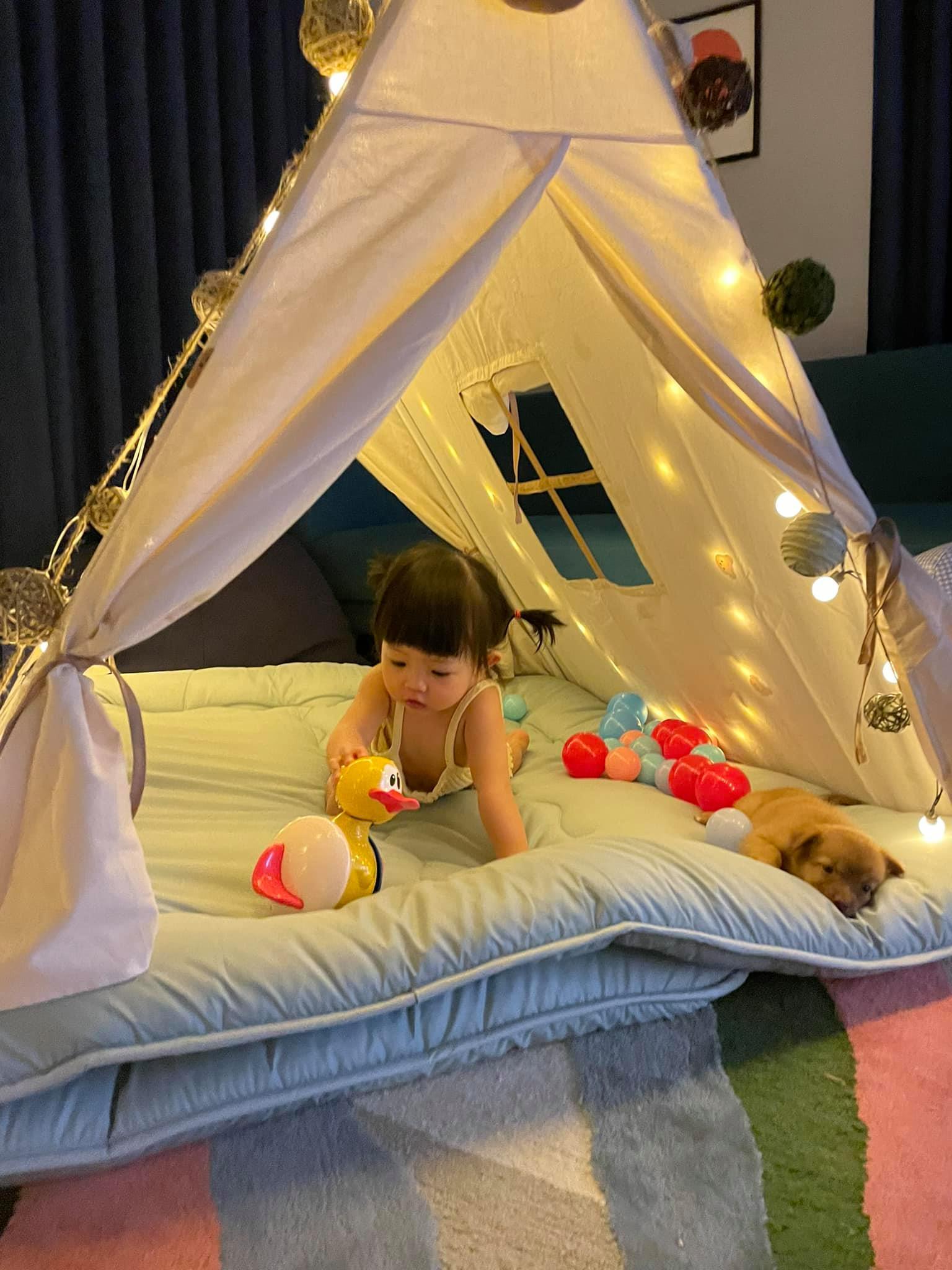 Cường Đôla chọn lều du mục hình chóp làm bằng vải canvas - kiểu lều phổ biến trong các khu cắm trại sống ảo ở Đà Lạt - dàn khung chắc chắn hơn so với các loại lều nhựa bằng vải dù.