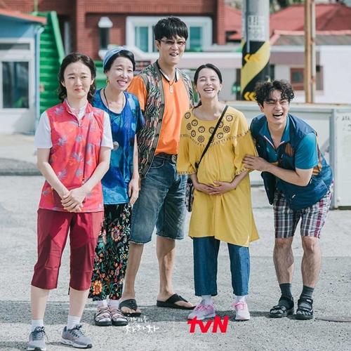 Những người hàng xóm tấu hài nhưng đầy tình người của Hometown Cha-Cha-Cha. Ảnh: tvN