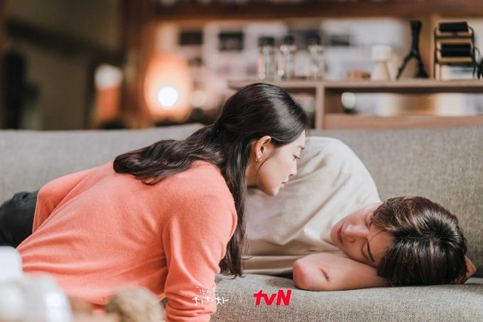 Cô nha sĩ nhiều lần hôn trộm tổ trưởng Hong. Ảnh: tvN