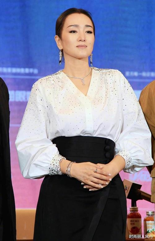Củng Lợi giữ tinh thần lạc quan đối với thị trường phim Trung Quốc. Cô đánh giá điện ảnh Hoa ngữ đang vận hành tốt, không cần lo ngại bị Covid-19 nhấn chìm.