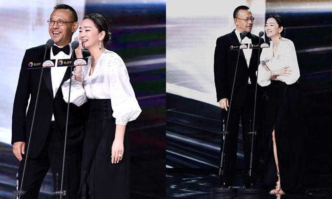 Trên sân khấu của một sự kiện trước thềm lễ bế mạc LHP, Củng Lợi hội ngộ tài tử Khương Văn, bạn diễn của cô trong phim Cao lương đỏ hơn 30 năm trước.